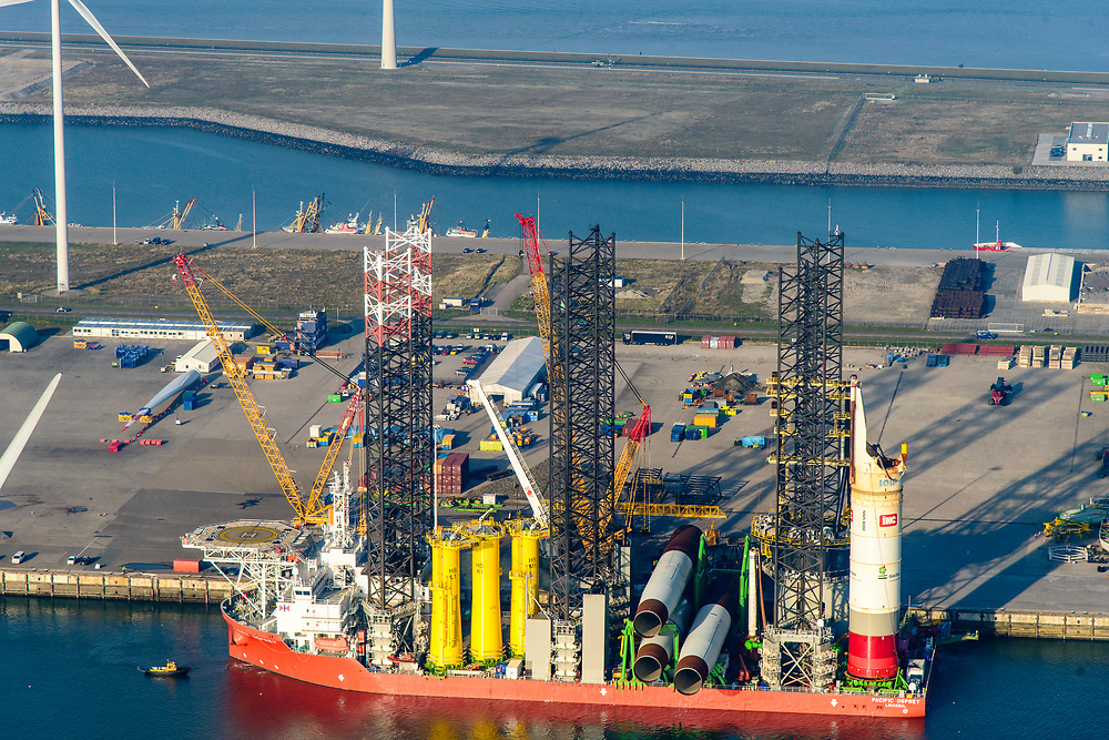 Nederland, Groningen, Eemshaven, 04-11-2018; Julianahaven met jack-up kraanschip Pacific Osprey.<br /> Eems harbour w crane ship.<br /> <br /> luchtfoto (toeslag op standaard tarieven);<br /> aerial photo (additional fee required);<br /> copyright© foto/photo Siebe Swart