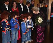 Premiere film Pluk van de Petteflet. De foto toont <br /> <br /> Koningin Beatrix, die de cast begroet