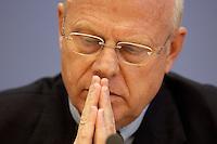 """13 MAY 2004, BERLIN/GERMANY:<br /> Prof. Meinhard Miegel, Buergerkonvent und Leiter des Instituts fuer Wirtschaft und Gesellschaft Bonn e.V., IWG Bonn, packt seine Aktentasche aus, vor Beginn der Pressekonferenz """"Fuer ein besseres Deutschland"""" - eine Aktionsgemeinschaft von 10 Reforminitiativen mit Forderungen an die Politik, Bundespressekonferenz<br /> IMAGE: 20040513-01-006<br /> KEYWORDS: Bürgerkonvent"""
