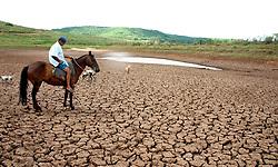 A seca que atingiu o RS nos ultimos dias ja provoca aumento nas perdas no meio rural. Os agricultores contabilizam prejuízos nas lavouras de milho, feijão e soja e nao tem mais agua para dar aos animais. FOTO: Jefferson Bernardes/ Agência Preview