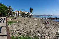 Spain, Malaga Province, Puerto Banus, beach, sun shinning, almost deserted, two people only, stranger on the shore, strangers on the shore, December, 2018, off season, low season, 201812100129<br />