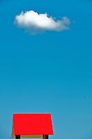 Salento - Puglia - Marina di Pescoluse - Sommità della postazione del bagnino addetto al salvataggio e nuvoletta di passaggio