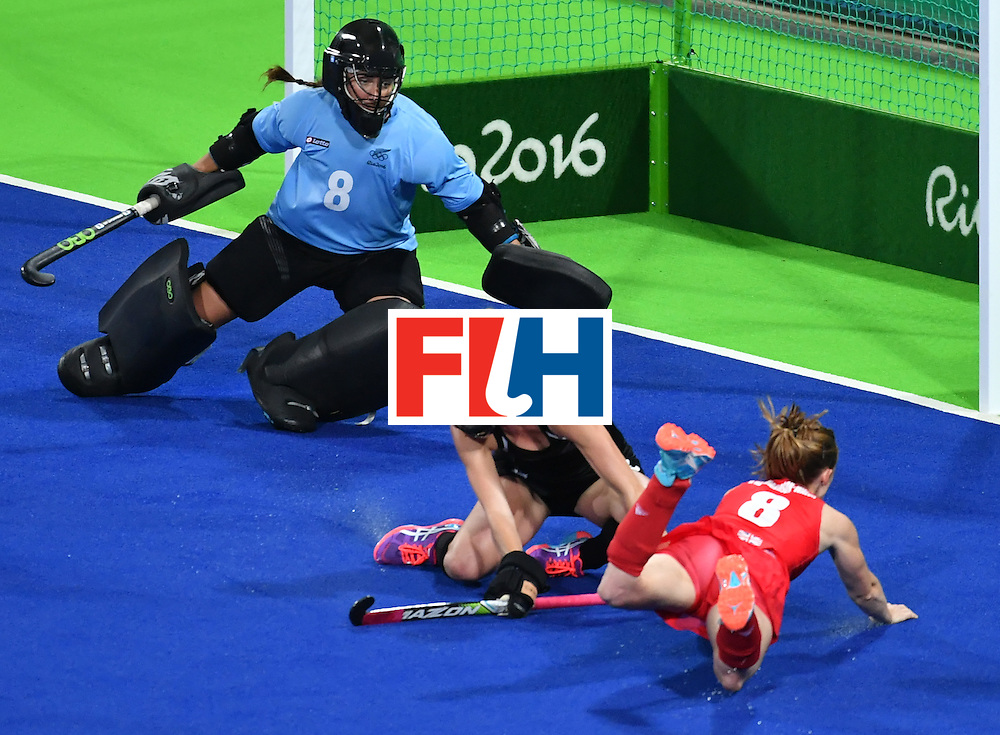New Zealand's Samantha Charlton (C) vies with Britain's Helen Richardson-Walsh (R) infront of New Zealand's goalkeepers Sally Rutherford during the women's semifinal field hockey New Zealand vs Britain match of the Rio 2016 Olympics Games at the Olympic Hockey Centre in Rio de Janeiro on August 17, 2016. / AFP / Pascal GUYOT        (Photo credit should read PASCAL GUYOT/AFP/Getty Images)