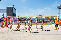 ROTTERDAM - Knock-out fase beste 32 ploegen Van der Vlist / Van Gestel (NED) tegen Semmler / Holtwick (Duitsland) , Beachvolleybal , WK Beach Volleybal 2015 , Stadion bij de SS Rotterdam , 01-07-2015 , Danseressen en mascotte Spike vermaken het publiek