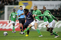 FOOTBALL - FRENCH CHAMPIONSHIP 2009/2010 - L1 - AS SAINT ETIENNE v PARIS SAINT GERMAIN - 18/04/2010 - PHOTO JEAN MARIE HERVIO / DPPI - PEGGUY LUYINDULA (PSG) / YOHAN BENALOUANE (ASSE)