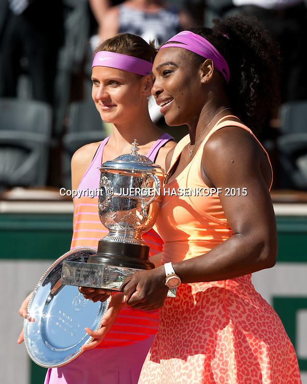 Finalistin Lucia Safarova und Siegerin Serena Williams (USA) mit dem Pokal, Finale, Siegerehrung<br /> <br /> Tennis - French Open 2015 - Grand Slam ITF / ATP / WTA -  Roland Garros - Paris -  - France  - 6 June 2015.