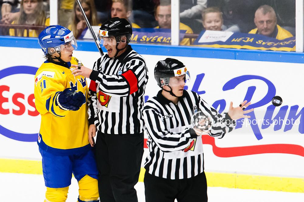 140104 Ishockey, JVM, Semifinal,  Sverige - Ryssland<br /> Icehockey, Junior World Cup, SF, Sweden - Russia.<br /> Filip Sandberg, (SWE) i samtal med domaren.<br /> Endast f&ouml;r redaktionellt bruk.<br /> Editorial use only.<br /> &copy; Daniel Malmberg/Jkpg sports photo