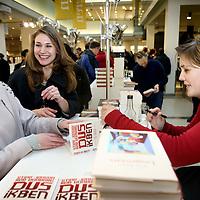 Nederland, Amsterdam , 6 maart 2010..Schrijfster  Stine Jensen (r) tijdens de signeersessies in de Bijenkorf voorafgaande aan de Boekenweek 2010..Foto:Jean-Pierre Jans