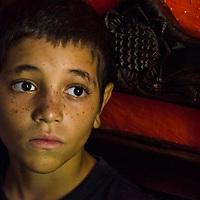 Un niño de una villa rural y humilde, mira dentro de su casa, en busca de una esperanza. Turgua. Venezuela. A boy from a rural and humble villa, looks inside his house, in search of a hope. Turgua. Venezuela.