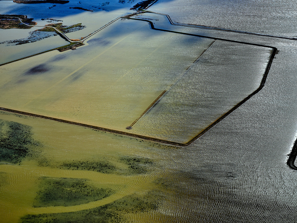 Nederland, Noord-Brabant, Drimmelen, 25-02-2020; Brabantse Biesbosch, zicht op Polder Noordwaard bij hoogwater, de polder fungeert als overloopgebied bij hoogwater. De dijken aan de rivier de Nieuwe Merwede zijn gedeeltelijk afgegraven waardoor de rivier bij hoogwater via de Noordwaard en de Biesbosch sneller naar zee gaat stromen. Gevolg van de ingrepen in het kader van Ruimte voor de Rivier is dat de waterstand verder stroomopwaarts zal dalen. Huizen en boerderijen zijn verplaatst naar nieuw aangelegde terpen.<br /> Brabantse Biesbosch, view of Polder Noordwaard during high waters. The Noordwaard Polder serves as an overflow area and gives 'Room to the River'. Houses and farmhouses have been demolished and rebuild on new dwelling mounds.<br /> luchtfoto (toeslag op standard tarieven);<br /> aerial photo (additional fee required)<br /> copyright © 2020 foto/photo Siebe Swart