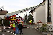 Mannheim. 23.02.17   BILD- ID 051  <br /> Schönau. Brand im Mehrfamilienhaus. Bei dem Brand in einem Vierfamilienhaus am Donnerstagnachmittag auf der Schönau ist ein geschätzter Schaden von rund 300 000 Euro entstanden. Das Feuer war im ersten Obergeschoss ausgebrochen und hatte auf das Dachgeschoss übergegriffen, teilte die Polizei mit. Die Bewohner konnten das Haus im Ludwig-Neischwander-Weg rechtzeitig verlassen. Verletzt wurde bei dem Brand niemand. Die Feuerwehr brachte den Brand unter Kontrolle. Die Brandursache ist noch nicht bekannt.<br /> Bild: Markus Prosswitz 23FEB17 / masterpress (Bild ist honorarpflichtig - No Model Release!)