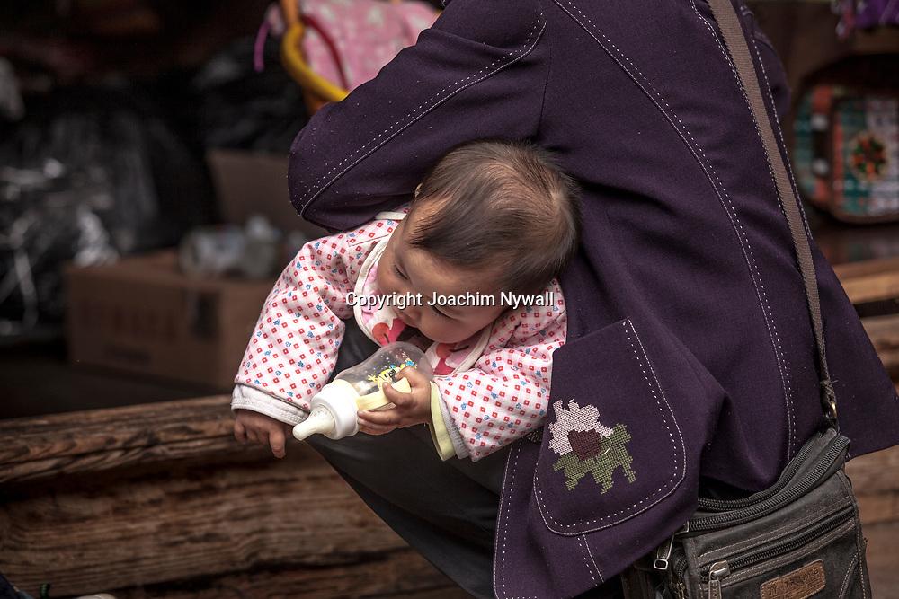2011 08 21 Bhai Sha Yunnan Kina Liten flicka med med nappflaska<br /> <br /> <br /> ----<br /> FOTO : JOACHIM NYWALL KOD 0708840825_1<br /> COPYRIGHT JOACHIM NYWALL<br /> <br /> ***BETALBILD***<br /> Redovisas till <br /> NYWALL MEDIA AB<br /> Strandgatan 30<br /> 461 31 Trollh&auml;ttan<br /> Prislista enl BLF , om inget annat avtalas.