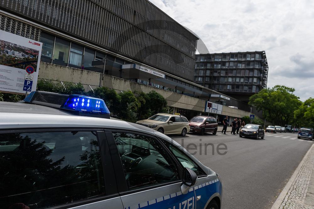 Ein Polizeiwagen steht nach einer Schie&szlig;erei am KH Benjamin Franklin am 26.07.2016 vor dem Berliner Benjamin-Franklin-Krankenhauses  in Berlin, Deutschland. Wie die Polizei mitteilt, schoss ein Patient auf einen Arzt. Danach t&ouml;tete sich der Sch&uuml;tze offenbar selbst. Foto: Markus Heine / heineimaging<br /> <br /> ------------------------------<br /> <br /> Ver&ouml;ffentlichung nur mit Fotografennennung, sowie gegen Honorar und Belegexemplar.<br /> <br /> Bankverbindung:<br /> IBAN: DE65660908000004437497<br /> BIC CODE: GENODE61BBB<br /> Badische Beamten Bank Karlsruhe<br /> <br /> USt-IdNr: DE291853306<br /> <br /> Please note:<br /> All rights reserved! Don't publish without copyright!<br /> <br /> Stand: 07.2016<br /> <br /> ------------------------------