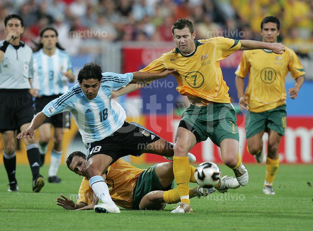 Fussball International FIFA Confederations Cup 2005 Australien - Argentinien Josip Skoko (AUS,li) gegen Mario Santana (ARG,mitte) und Brett Emerton (AUS)