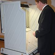 NLD/Huizen/20070307 - Provinciale Verkiezingen 2007, burgmeester van Gils gemeente Huizen gaat stemmen