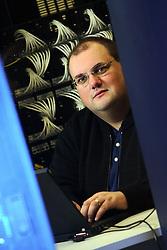 Gerente de TI - Tecnologia da Informação, Marcio Lermen visualizando as operações no DataCenter do Banco SICREDI, em Porto Alegre. Foto: Jefferson Bernardes/Preview.com