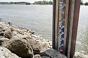 Nederland, the netherlands, Lobith, 14-8-2018 Peilstok in de Rijn bij Tolkamer staat droog. Huidige waterstand is 7,10 meter, de waterpeilstok begint bij 10 .Laagste stand ooit gemeten was 6,89 in 2011 . De hoogste stand was in 1925 met 16,93 meter . De rivierbodem ligt op 5,20 meter en de gemiddelde jaarhoogte is 9.81 meter. Cijfers Rijkswaterstaat. Foto: Flip Franssen