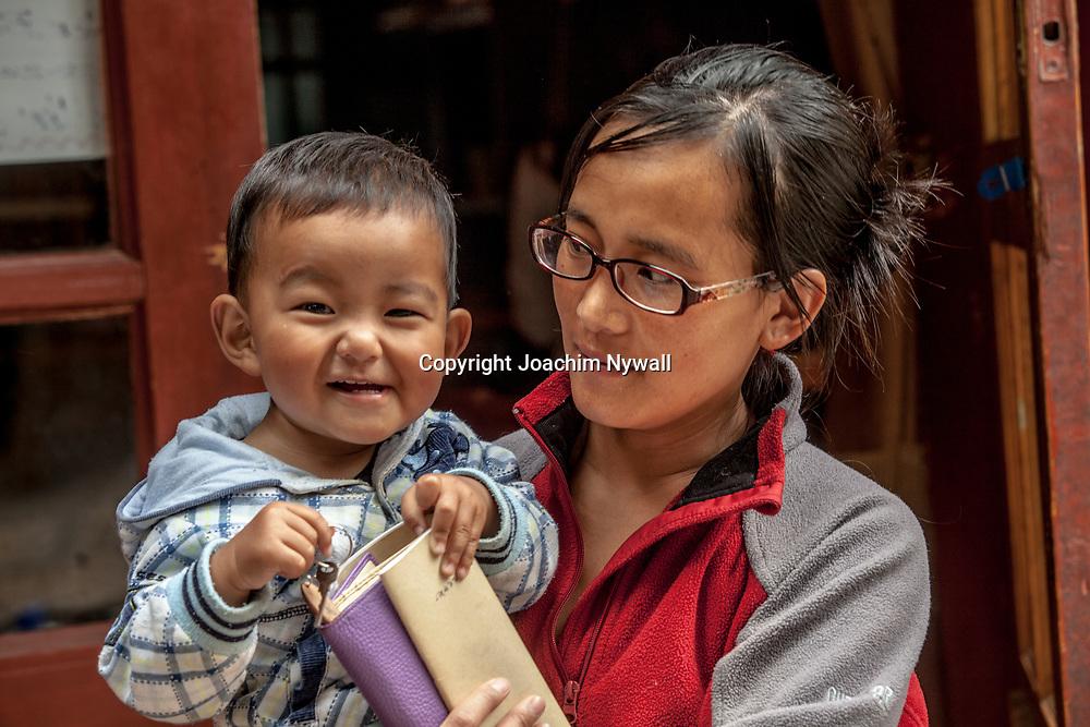 2011 08 21 Bhai Sha Yunnan Kina Liten Mamma med litet barn<br /> <br /> ----<br /> FOTO : JOACHIM NYWALL KOD 0708840825_1<br /> COPYRIGHT JOACHIM NYWALL<br /> <br /> ***BETALBILD***<br /> Redovisas till <br /> NYWALL MEDIA AB<br /> Strandgatan 30<br /> 461 31 Trollh&auml;ttan<br /> Prislista enl BLF , om inget annat avtalas.