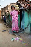 Mina Ganvir hämtar vatten till familjen. Bandhara, Maharashtra, Indien