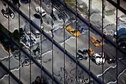 New York, New York, USA, 20120430: Drosjer og biler reflektert i veggen til 7 WTC. Det nye området rundt World Trade Center gjenoppretter noen av veiene som fantes før tvillingtårnene ble bygd.  1 World Trade Center passerer høyden til Empire State Building, og blir den høyeste bygningen på den nordlige halvkulen. Foto: Ørjan F. Ellingvåg
