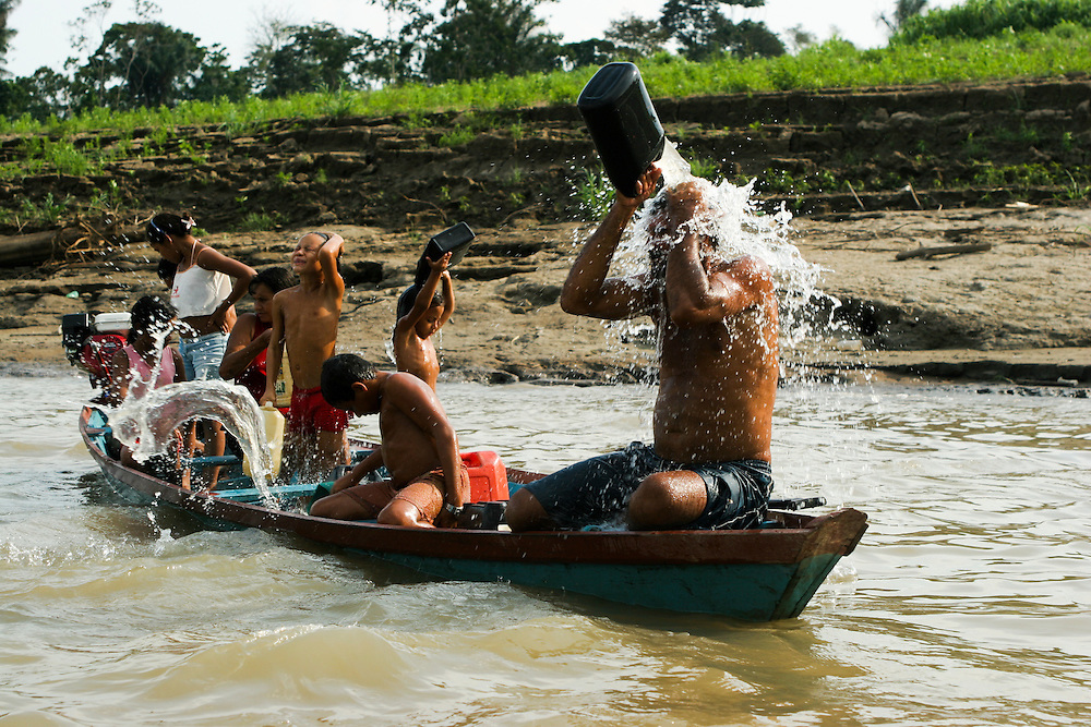 23/10/2005. Amazon (Brasil). Documentation of a very bad drought on the Amazon region. Inhabitants of the  Furo do Lago do Cristo Rei -where the fish died and the water became polluted- travel to the Amazon river to collect water and bathe..©Daniel Beltra