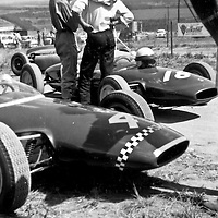 #18 Lotus 20 (chassis no. 20-J-876) driven by Neville Lederle (in the sunglasses), #4 Lotus 20 (chassis no. 20-J-952) driven by Bernie Podmore, Rand Autumn Trophy, Kyalami, South Africa, 17 March 1962