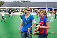 BILTHOVEN - Coach Janneke Schopman van SCHC met speelster Famke Richardson  , zondag tijdens de hoofdklasse competitiewedstrijd tussen de vrouwen van SCHC en MOP (5-0). COPYRIGHT KOEN SUYK