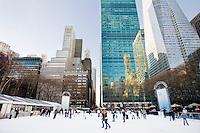3 Dicembre 2008. New York, NY. Turisti e residenti di New York pattinano nella pista di pattinaggio adibita a Bryant Park durante i mesi invernali. Ogni anno le strade e i negozi di New York City sfoggiano decorazioni natalizie che attraggono turisti da tutto il mondo.<br /> ©2008 Gianni Cipriano per Io Donna / Corriere della Sera<br /> cell. +1 646 465 2168 (USA)<br /> cell. +1 328 567 7923 (Italy)<br /> gianni@giannicipriano.com<br /> www.giannicipriano.com