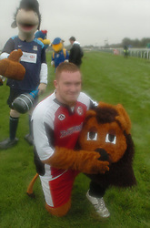 KETTERING TOWN CHAMP THE LION, LEE POSES AFTER THE RACE, John Smiths Mascot Grand National, Huntingdon Racecourse Sunday 5th October 2008