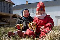 Ari Carl og Björk gæða sér á banana í Flatey.