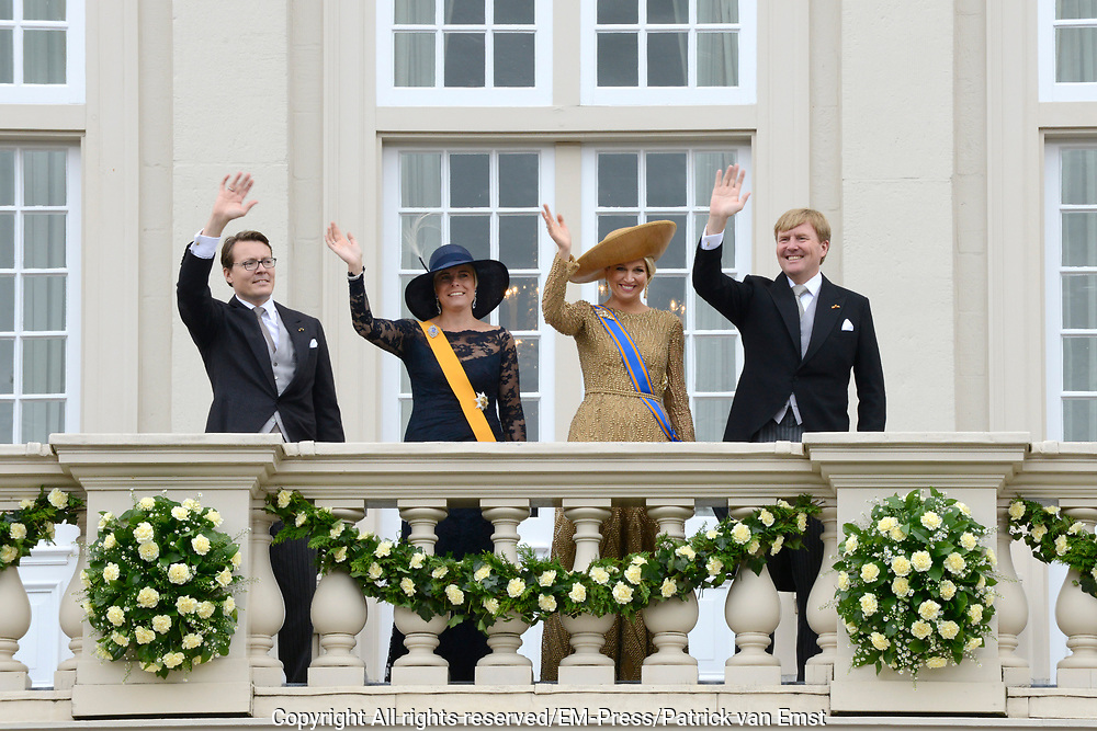Koning Willem-Alexander, koningin M&aacute;xima, prins Constantijn en prinses Laurentien groeten het publiek vanaf het bordes van Paleis Noordeinde. <br />