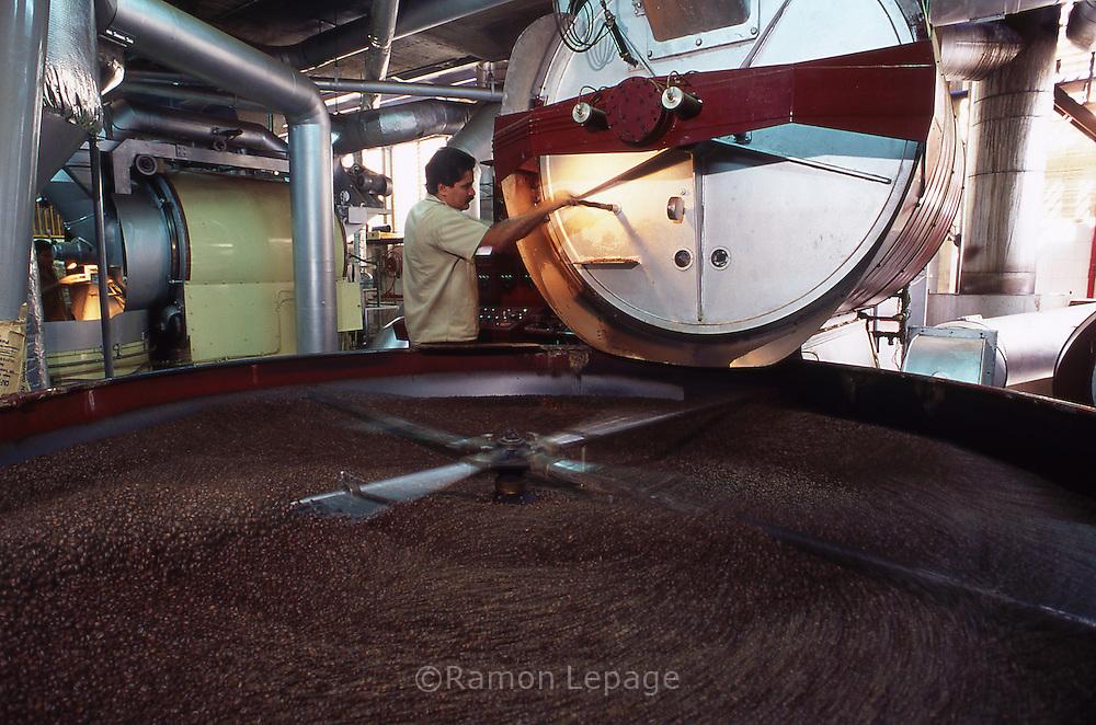 Tostado del café en planta industrial. Caracas, 2001. (Ramón Lepage / Orinoquiaphoto)  Coffee Roasting in a industry. Caracas, 2001.(Ramón Lepage / Orinoquiaphoto)