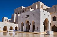 Sultanat d'Oman, Mascate, Shati Al Qurm. L'impressionnant Royal Opera House Muscat reflète l'architecture contemporaine omanaise // Sultanat of Oman, Muscat, Royal Opera House Muscat