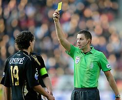 08-11-2009 VOETBAL: FC UTRECHT - HEERENVEEN: UTRECHT<br /> Utrecht verliest met 3-2 van Heerenveen / Scheidsrechter van Boekel tregt de gele kaart<br /> ©2009-WWW.FOTOHOOGENDOORN.NL