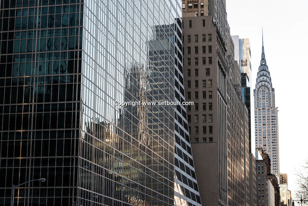 New York - midtown skyline reflected on a HBO mirror building  on 42nd street.. / HBO building , immeuble miroir. reflets des buildings sur la 42 me rue.