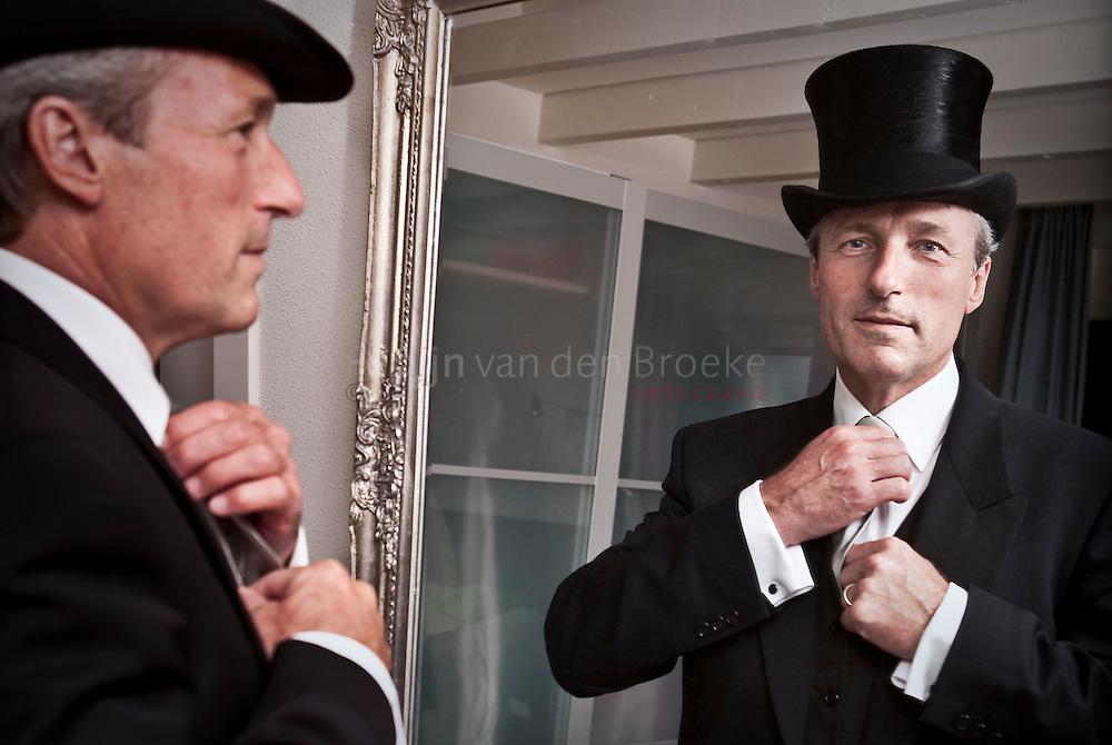 groningen 27/8/2009. Peter Yspeert in jacquet en met hoge hoed voor de passpiegel thuis terwijl hij zich klaarmaakt voor zijn laatste 28 augustus als voorzitter van de vereniging voor volksvermaken. foto: Pepijn van den Broeke