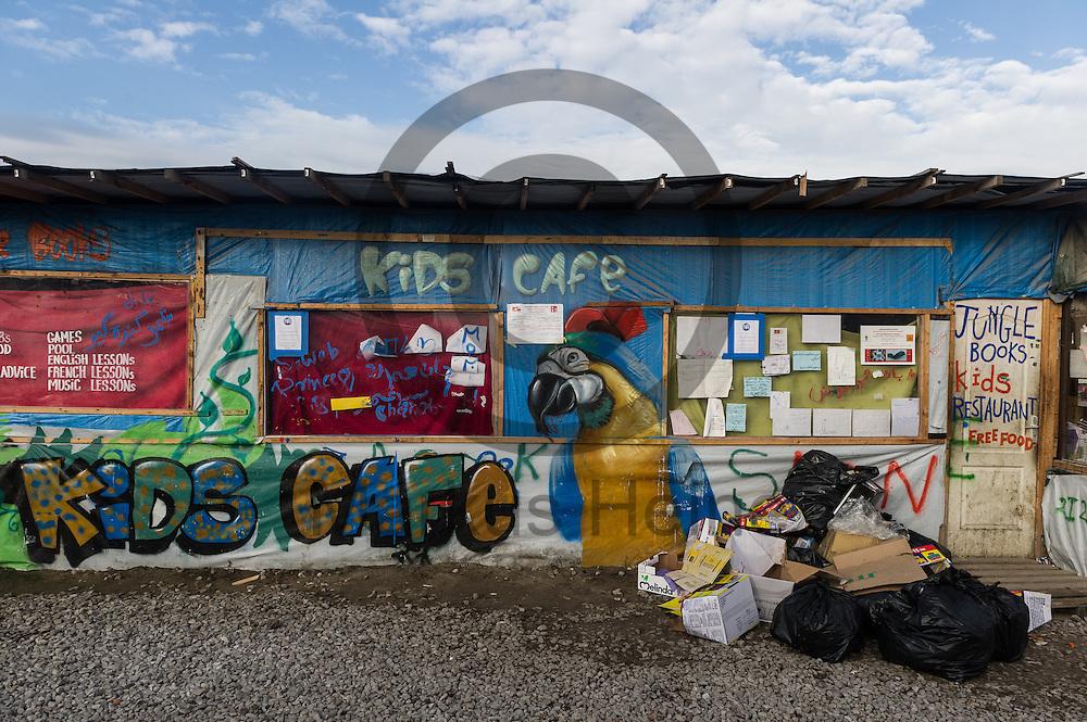 Calais, Frankreich - 16.10.2016<br /> Die Fassade eines Kinercafes im Dschungel von Calais. Das Fluechtlingscamp an der Kueste zum Aermelkanal soll laut franzoesischer Regierung in den naechsten Tagen geraeumt werden. In dem Camp leben um die 1000 Fluechtlinge und warten auf die Moeglichkeit zur Weiterreise durch den Eurotunnel nach Gro&szlig;britannien. Photo: Foto: Markus Heine / heineimaging<br /> <br /> Calais, France - 2016/10/16<br /> The facade of a Kids Cafe in the Calais Jungle. The refugee camp on the coast to the English Channel is to be cleared in the next few days, according to the French government. In the camp live around the 1000 refugees and wait for the possibility to travel further through the Eurotunnel to the UK. Photo: Foto: Markus Heine / heineimaging<br /> <br /> ------------------------------<br /> <br /> Veroeffentlichung nur mit Fotografennennung, sowie gegen Honorar und Belegexemplar.<br /> <br /> Bankverbindung:<br /> IBAN: DE65660908000004437497<br /> BIC CODE: GENODE61BBB<br /> Badische Beamten Bank Karlsruhe<br /> <br /> USt-IdNr: DE291853306<br /> <br /> Please note:<br /> All rights reserved! Don't publish without copyright!<br /> <br /> Stand: 10.2016<br /> <br /> ------------------------------
