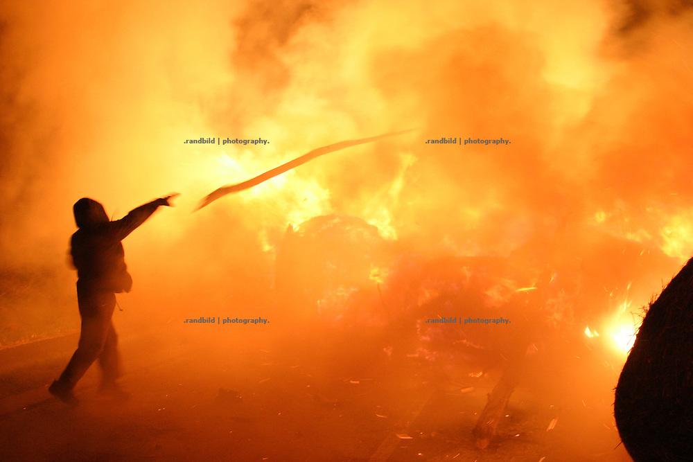 Deutschland, Metzingen, 2006-10-11, Ein brennende Strassen-Barrikade im Wendland als Protest gegen einen Castortransport nach Gorleben.  (A burning barricade on a street near Gorleben. It´s a protest action against a nuclear waste transport.)