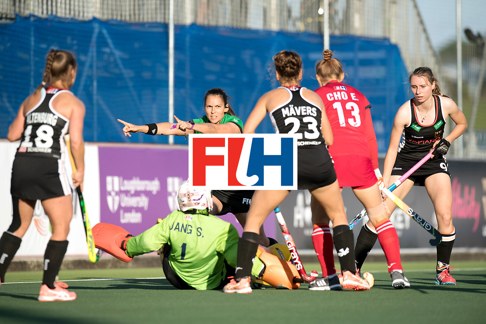 AUCKLAND - Sentinel Hockey World League final women<br /> Match id: 10303<br /> 13 GER v KOR (QF) 3-3<br /> Korea in to semi after shoot out.<br /> Foto:  Penalty corner giving by umpire Melissa Trivic .<br /> WORLDSPORTPICS COPYRIGHT FRANK UIJLENBROEK