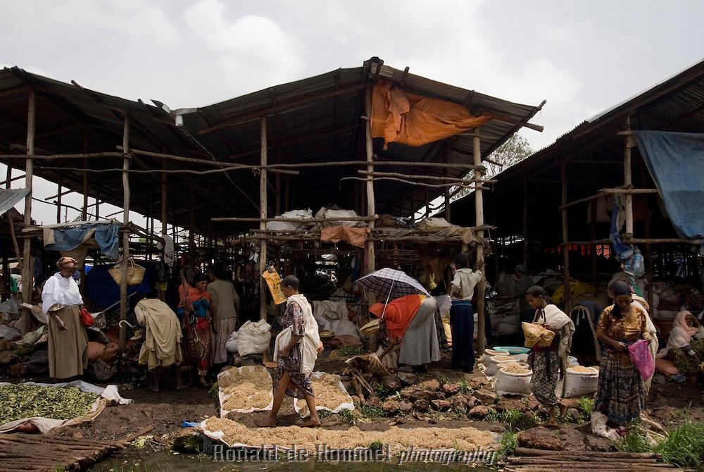 Le marché hebdomadaire de Bahar Dar voient affluer tous les fermiers de la région et regorge de céréales, légumes, bestiaux, tissus, miel etc.