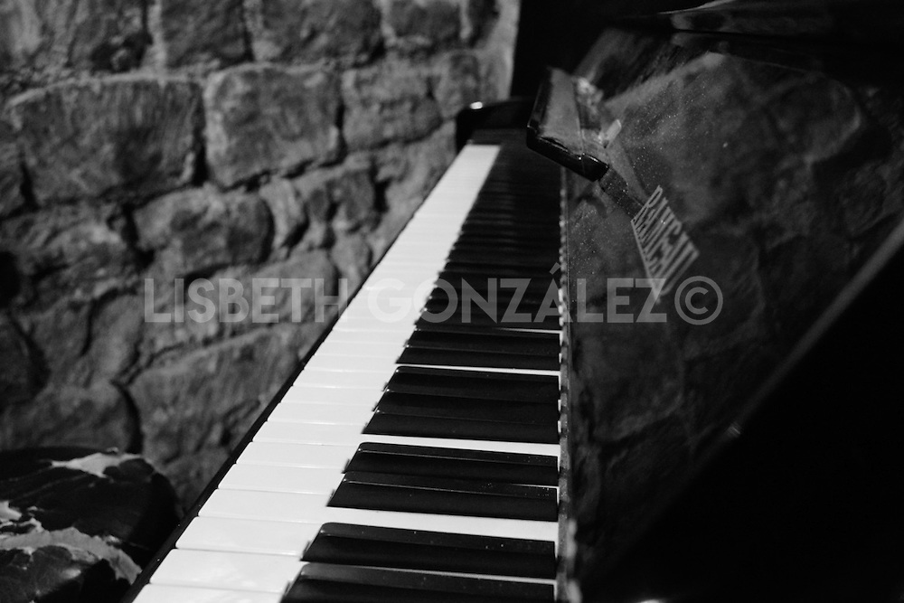 Midnight jazz concert in Paris captured by photographer Lisbeth González Concert in Autor de Midi Cave, Mont Martre, Paris, one of the most romantic breath taking jazz concerts ever experienced. This definitely is the sound of Paris.