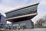 Nederland, Nijmegen, 9-3-2013Leerlingen, scholieren, studenten van de ROC wachten op een bus. Het nieuwe en moderne gebouw van de afdeling techniek van het ROC, het technovium.Foto: Flip Franssen/Hollandse Hoogte