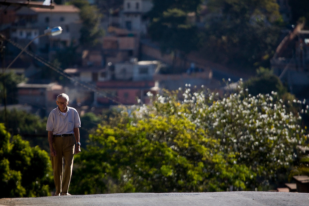 Belo Horizonte_MG, Brasil...Idoso na rua do bairro Goiania em Belo Horizonte...The elderly in the street in Goiania neighborhood in Belo Horizonte...Foto: JOAO MARCOS ROSA /  NITRO