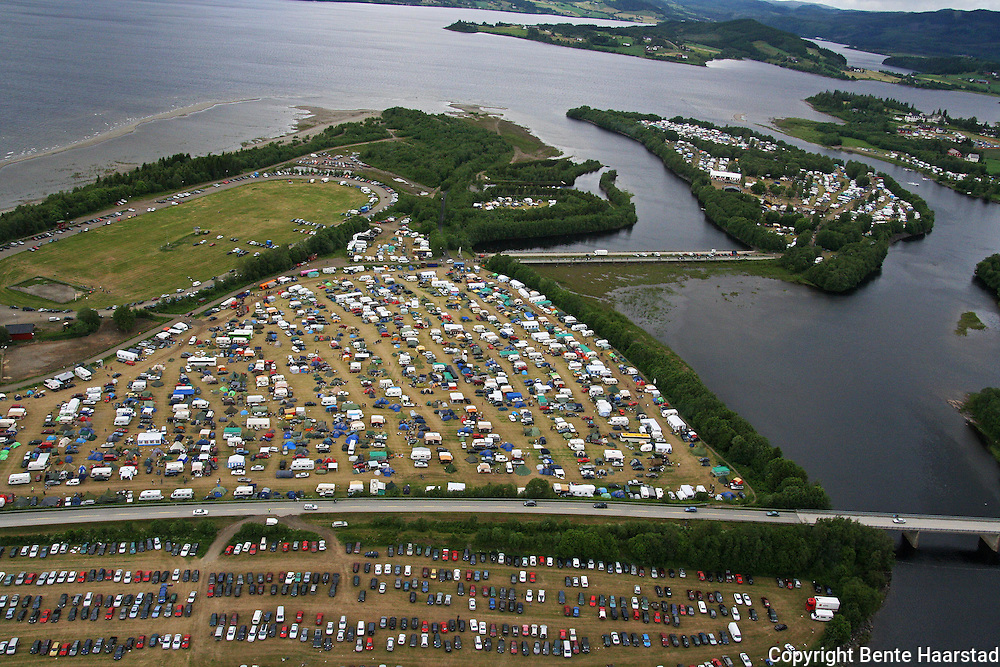Sommerfestival lørdag.  Foto: Privat Flyfoto fra Selbu og Sommerfestivalen.