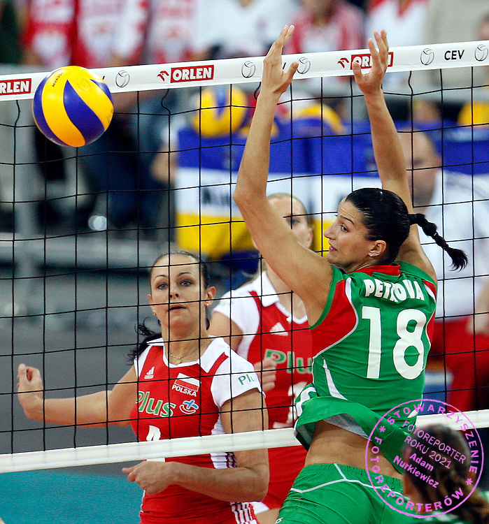 LODZ 01/10/2009.Women's European Volleyball Championships.Play off match.Poland v Bulgaria.Iliyana Petkova of Bulgaria and Dorota Pykosz of Poland ..Photo by: Piotr Hawalej/WROFOTO