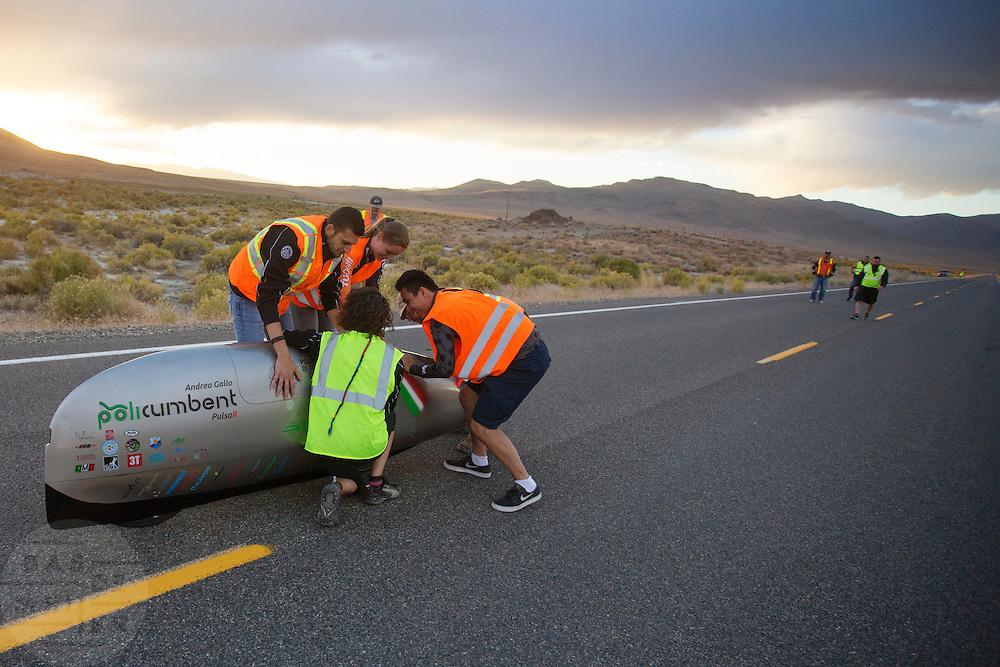 Andrea Gallo arriveert op de eerste avondrun. In Battle Mountain (Nevada) wordt ieder jaar de World Human Powered Speed Challenge gehouden. Tijdens deze wedstrijd wordt geprobeerd zo hard mogelijk te fietsen op pure menskracht. Het huidige record staat sinds 2015 op naam van de Canadees Todd Reichert die 139,45 km/h reed. De deelnemers bestaan zowel uit teams van universiteiten als uit hobbyisten. Met de gestroomlijnde fietsen willen ze laten zien wat mogelijk is met menskracht. De speciale ligfietsen kunnen gezien worden als de Formule 1 van het fietsen. De kennis die wordt opgedaan wordt ook gebruikt om duurzaam vervoer verder te ontwikkelen.<br /> <br /> In Battle Mountain (Nevada) each year the World Human Powered Speed Challenge is held. During this race they try to ride on pure manpower as hard as possible. Since 2015 the Canadian Todd Reichert is record holder with a speed of 136,45 km/h. The participants consist of both teams from universities and from hobbyists. With the sleek bikes they want to show what is possible with human power. The special recumbent bicycles can be seen as the Formula 1 of the bicycle. The knowledge gained is also used to develop sustainable transport.