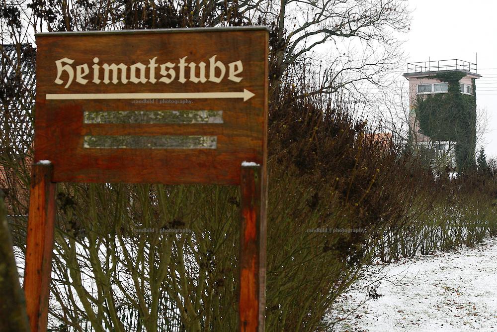 """Vom Ortskern Rüterbergs aus ist der ehemalige Grenzschutzturm der DDR noch zu sehen. Heute ist der Turm im Privatbesitz. Zu DDR-Zeiten war der Ort wegen seiner Grenznähe komplett von Zäunen umgeben. Einlaß bekamen nur Bewohner des Ortes, der Später als """"Dorfrepublik"""" bekannt wurde. Aufgrund dieser Abschottung etablierte sich die Bezeichnung """"Dorfrepblik"""" für den kleinen Ort bei Dömitz (Mecklemburg-Vorpommern)."""