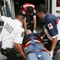 Toluca, Mex.- Paramedicos de la Cruz Roja prestan los primeros auxilios a una mujer que fue encontrada en el interior de una habitacion de hotel en el centro de Toluca y donde trato de suicidarse ingiriendo altas dosis de medicamentos, la joven fue trasladada en estado grave al hospital general de Toluca. Agencia MVT / Mario Vazquez de la Torre. (DIGITAL)<br /> <br /> <br /> <br /> <br /> <br /> <br /> <br /> NO ARCHIVAR - NO ARCHIVE