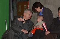 17 MAR 2002, BERLIN/GERMANY:<br /> Joschka Fischer, B90/Gruene, Bundesaussenminister, und Baby Sinan, der Sohn von Ekin Deligoez (R), MdB, B90/Gruene, Bundesdelegiertenkonferenz von Buendnis 90/Die Gruenen, BDK, Tempodrom<br /> IMAGE: 20020317-01-038<br /> KEYWORDS: Parteitag, party congress, Bündnis 90/Die Grünen, Kind, child, Ekin Deligöz, Mutter