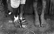 February 1995, kenia, Nairobi, mokuru dumpsite, dump, children, feet © ISABELLA BALENA www.isabellabalena.com